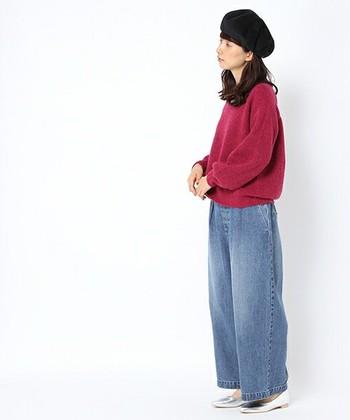 薄色デニムのワイドパンツに、レッドのニットを合わせた着こなし。こちらもアイテム自体はどちらもシンプルですが、ベレー帽やパンプスで女性らしさとトレンド感をプラスしています。