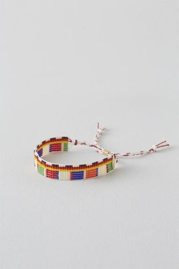 虹のような多彩な色と煌めき。ビーズアクセサリーは、きらきら輝いていてどんな世代の女性にも支持されるアイテムです。細かなビーズが織りなすその美しさは、ビーズ自体の品質と作り手さんの繊細で確かな技術に支えられています。