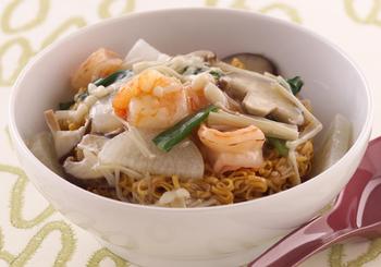かた焼きそばのあんかけはよく知られるメニューの一つですね。そんな味わいを簡単に楽しめるのがこちらのレシピ。味付きのインスタントラーメンを使うので特別な味付けも不要です!固まった麺をあんでほぐしながらほくほく食べましょう♪