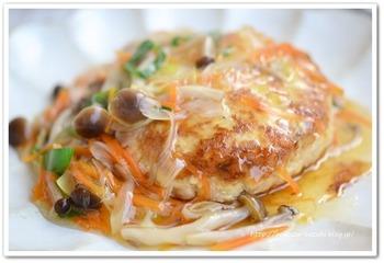 お肉のあんをかけるのではなく、お肉にあんをかけたレシピ♪鶏つくねに、野菜あんをとろ~りとかけたおかずです。ご飯ともなじみが良さそうですね♪