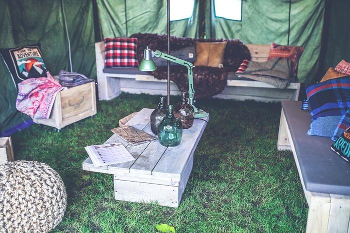 テントの外でも快適に過ごせるアイテムとしてはタープ、テーブル、チェア、ランタンがあるといいですね。  ランタンは照明用・外出用など複数あると便利。ランタン用の燃料も忘れずに!