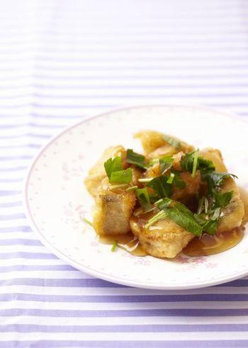 あんかけはお魚にもマッチ!いつものタラもこんがり揚げ焼きにして黒酢あんをかければ、おもてなし料理としても活躍してくれそうです。