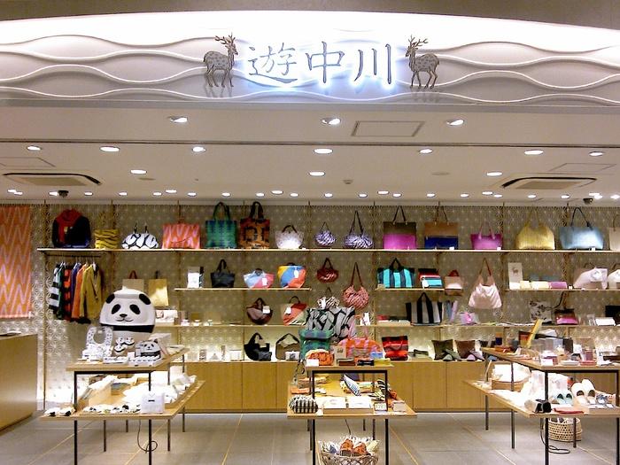 上野駅構内にある『遊 中川』では通常商品のほか、上野店限定のパンダグッズが販売されており専用の棚も用意されています。