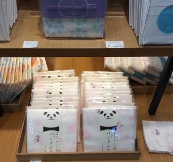 中川政七商店の人気シリーズ「花ふきん」のパンダ柄も。ピンク色のボールの上でごろごろ遊ぶパンダがかわいいですね。