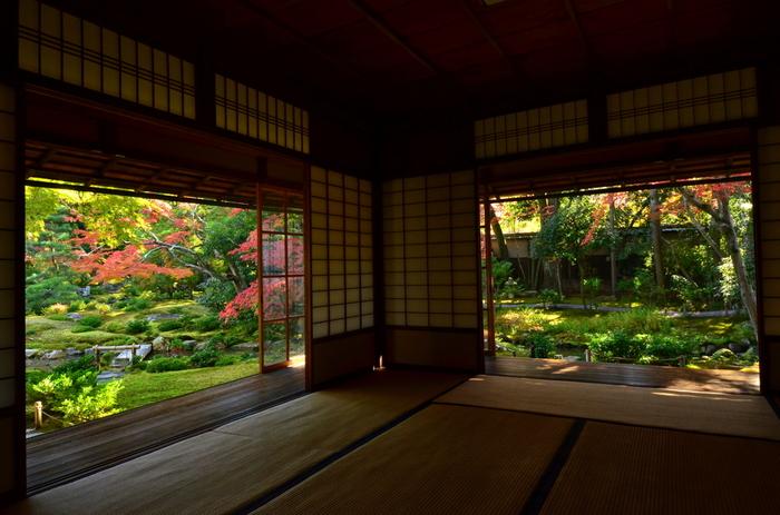 母屋からは、平安神宮神苑、円山公園(京都市)、清風荘など数々の名勝に指定されている庭園を手掛けた七代目小川治兵衛によって造園された素晴らしい庭園を見渡すことができます。