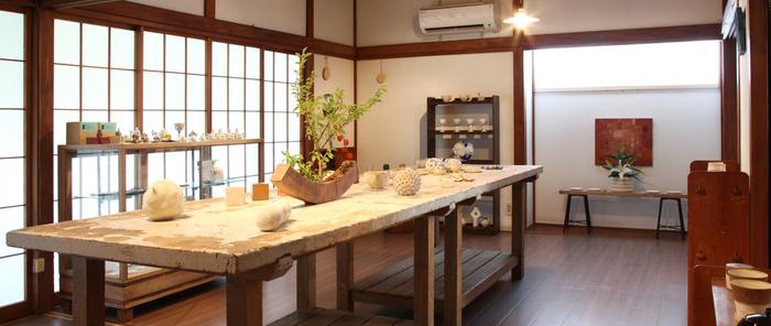 RICOCHET(リコシェ)は北鎌倉にある陶磁器を中心としたアトリエとギャラリー。横須賀線北鎌倉駅から徒歩12分ほどの距離にあります。ギャラリーでは主宰の山本裕里子さんの作品ほか、作家さんの作品が常設販売されています。