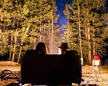 少し肌寒くなってくる夕暮れ時に焚き火を眺めて温かい飲み物でほっと一息。大自然の中での贅沢なひとときですね。  焚き火をする際は、化繊のアウトドアグッズ(チェアやウエアなど)は近くに置かないこと。燃えにくいと言われるコットンのブランケットなどを掛けて火の粉を防ぎましょう。化繊は火の粉で簡単に穴が開いてしまいますので注意が必要です。 素材の特徴をよく調べて選ぶようにしてくださいね。