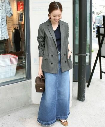 長めのテーラードジャケットは、オフィシャルな通勤スタイルはもちろんですが、デニムと合わせても上品なイメージ。いろいろなシーンで活躍してくれます。