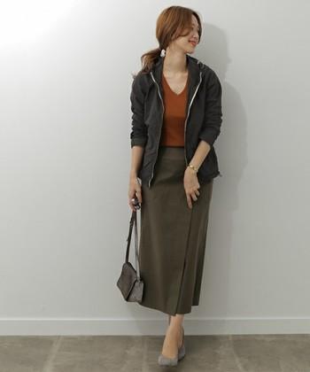 カジュアル感の強いフードジャケットですが、ウエストをドローコードで絞れるタイプだったら、大人の女性らしくキレイな着こなしも叶います。
