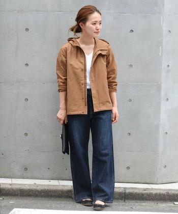 コットン×ナイロンのフードブルゾンは、温かい日には衿を大きく広げて、寒い時には前を閉じたり風が強ければフードを被るなど、タウンウェアとして1枚持っていると重宝するカジュアルファッションの定番です。 デザインのポイントが襟周りに集中するパーカースタイルは、インナーにVネックを合わせるとスッキリした着こなしに。