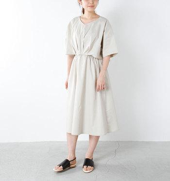 セットアップ風に見えるワンピースなら、一枚で着るだけでサマになります。2枚の組み合わせを考えるのも面倒…という方におすすめのアイテムです。