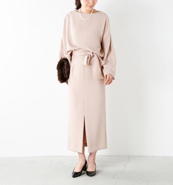 ハリのある素材感のヌードピンクのセットアップです。プルオーバーとタイトスカートが別々に売られているので、ドレスアップにも普段着にも着回すことができます。