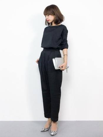 黒のシンプルなセットアップは、ドレスコードもOKなキレイめの着こなしに。黒は単品で使っても着回し力が抜群なので、1セットあると重宝します。