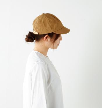 カジュアルコーデに合わせやすい帽子と言えば、キャップ。コットン生地で作られたワークキャップは季節を問わずに活用できるのが魅力です。