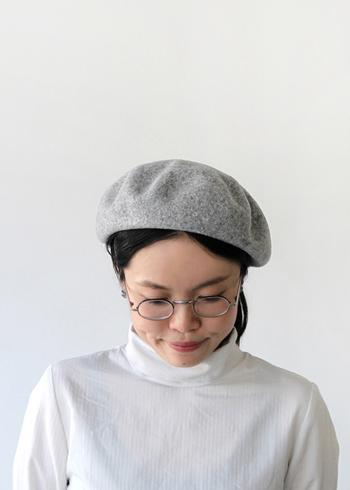 ころんと丸いシルエットが、シンプルで使い勝手の良いベレー帽です。変形していない分、ベレー帽をはじめて被るという人でも被り方に迷わず使うことができます。