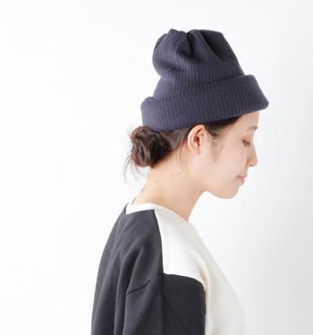 ニット素材と起毛素材で作られた、リバーシブルデザインのニット帽です。シンプルな着こなしになりがちなニット帽も、色々な使い方を楽しめるデザインだと、一気にこなれた印象に。