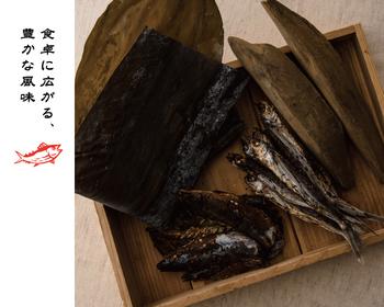 さらに前述した「あご出汁」に使用されている原料の長崎県平戸産「焼きあご」と、むろあじ節、昆布も入り、かつおの風味をより引き立てて風味豊かな味わいに。