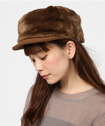 ふわふわのファーがインパクト大な個性派キャップです。帽子をメインにしたシンプルアイテムで、ナチュラルな着こなしを楽しみたいですね。