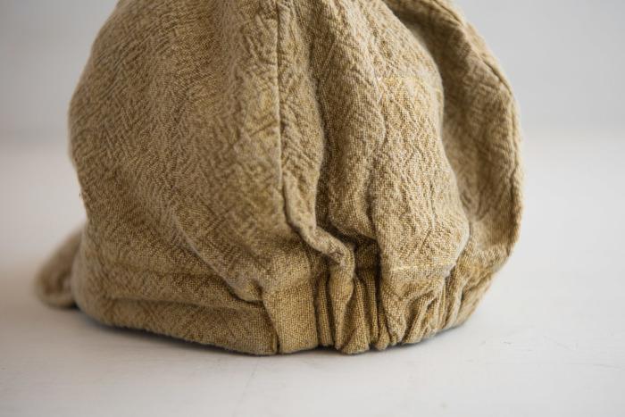 「備後絣」とは160年以上の歴史を持つ織物のことで、旧式のシャトル織機でゆっくりゆっくり織り上げるので、たっぷり空気を含んだふんわり柔らかい仕上がりになります。洗いざらしのジーンズにも通じるような、ナチュラルで味わいある生地が特徴です。