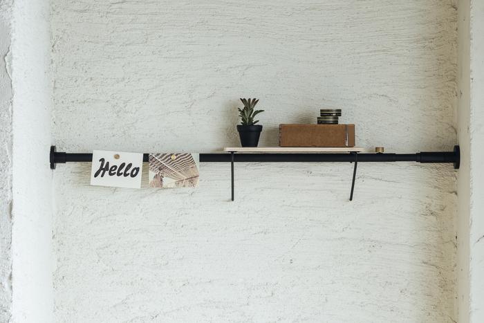 75cmからの短いサイズの突っ張り棒なら、お部屋のちょっとしたスペースの活用に。お気に入りの雑貨をディスプレイするにのに良いですね。