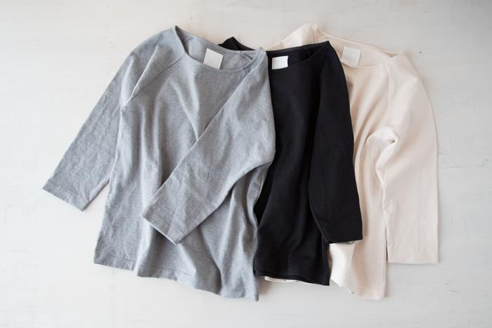 「わざわざ」と、布と製作過程にこだわったものづくりをしているメーカー「yohaku」が一緒に作った、「パン屋が着ても大丈夫」をコンセプトに作ったTシャツ。カラーは、何にでも合わせやすいベーシックな白、黒、グレーの3色。