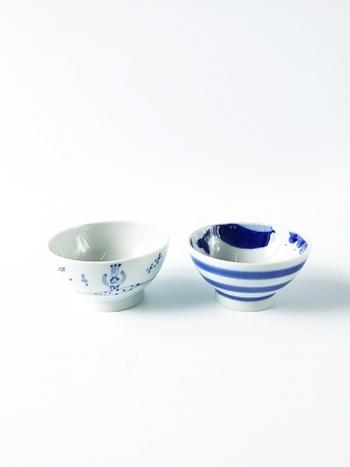 白と青のさわやかな印象のシンプルなお茶碗ですが、よく見るとちょっとユニークなイラストが。左はバレリーナ、そして右はクジラのモチーフが描かれています。
