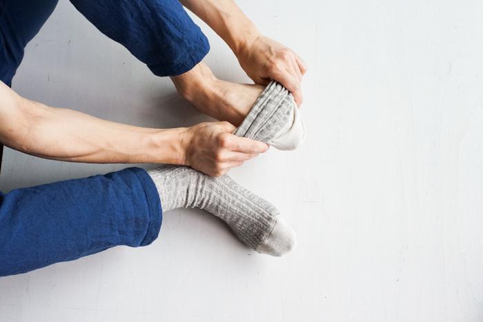 春夏用のソックスとして吸湿性に優れたリネンを沢山用いて、履き心地の良さを追求しました。リネンのソックスによくある靴の中でのズレ感を失くすため、足にフィットするような編み方をしています。