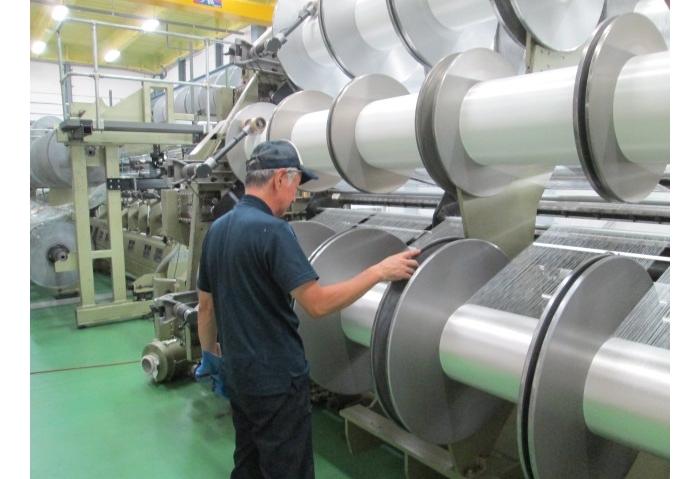 ふきんの素材となる蚊帳生地は、蚊帳生地として唯一の国内産地である奈良県で織られ、その生地を隣の和歌山県で、捺染(染色)、乾燥し、さらに包装まで職人さんの手を経て、丁寧に作られています。