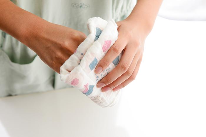 おろしたてのふきんは、澱粉糊がついているためにシャンとしていますが、使用し洗うたびにやわらかく手になじみ、ふんわりとボリュームも増してさらに使いやすくなります。