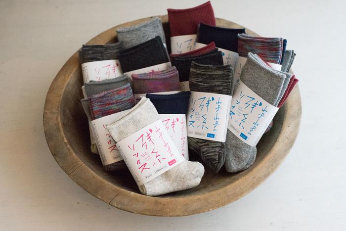わざわざのオリジナルソックスを作っている長野の「タイコー」さんと、色々な靴下を作る中で出る残り糸(残糸)が沢山あるという話からスタートして、わざわざで商品化できないかと企画し「残糸ソックス」ができました。