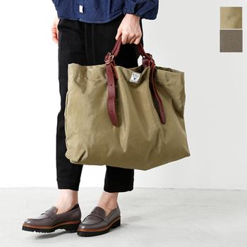 毎日使えるデイリーバッグには落ち着いた色のカーキカラーがおすすめ。こんなに大きくても強すぎない存在感で秋の雰囲気を楽しむことができますよ。