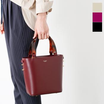 大人っぽく秋らしいボルドーを、ハンドバッグやポーチなどでアクセントに。しっとりとした色味に、金具やパーツの色も映えますね。