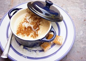ひんやりスイーツが食べたいなと思ったら、「アロス・コン・レチェ」はいかがですか?砂糖で甘くした牛乳に、ご飯を混ぜるだけ♪日本でもお米を「おはぎ」など甘いもので食べますがこの発想はありませんでした!
