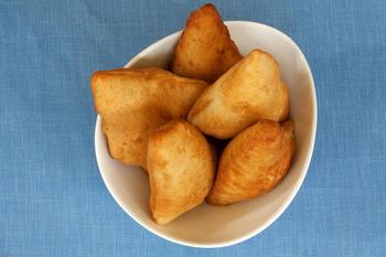 ケニアの人々にスナックとして親しまれている「マンダジ」。日本でいう甘い揚げパンのことです。現地の人々は、よくチャイと一緒に食べるそうですよ!