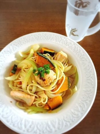 (調理時間 15分) 10分以上の時間があるとパスタも楽しむことができますね♪こちらのレシピはパスタを茹でている間に野菜と鮭を調理する時短レシピ。かぼちゃ入りのボリューム満点パスタです。