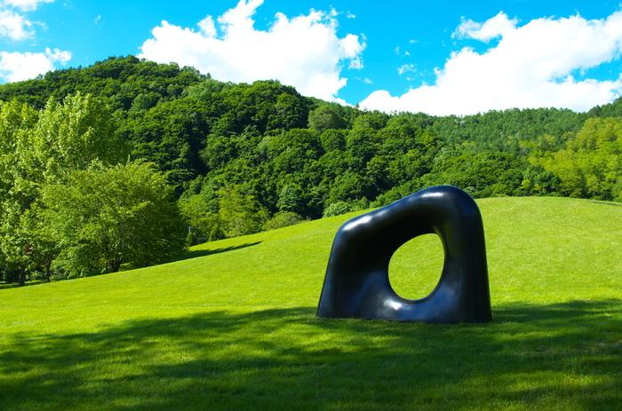 自然と調和したダイナミックな彫刻は、開館以来今もずっと創り続けているのだそう。かつてここで暮らしてきた人々の記憶と共に生き生きと展示されています。