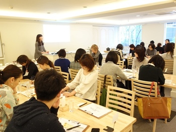 AKOMEYA TOKYOでは、全国各地から厳選したいろいろな種類のお米や食品、雑貨などのアイテムの販売や、催しなどを開催しています。  ※写真は2015年に開催された「利きの会~玄米・雑穀・米ぬか編~」の様子。