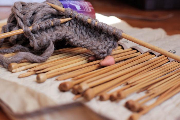せっかちさんや編み物初心者さんは、太い棒針や太めの毛糸で編んでみましょう。ざっくりとしたラフな編み目もこなれ感があって素敵。すぐに完成するので自信にもつながります。