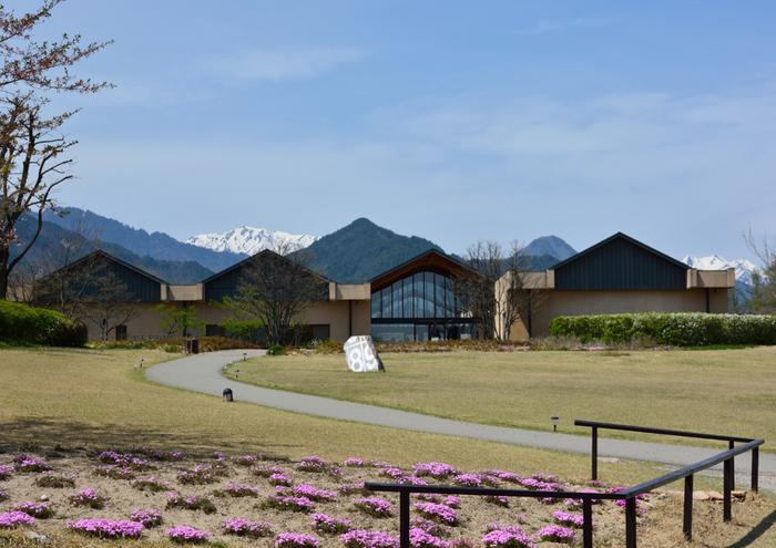 碌山美術館と同じく安曇野にある安曇野ちひろ美術館。絵本作家いわさきちひろの美術館です。北アルプスを望む山々と自然が織りなす美しい場所はゆったりと1日を過ごすのにおすすめです。