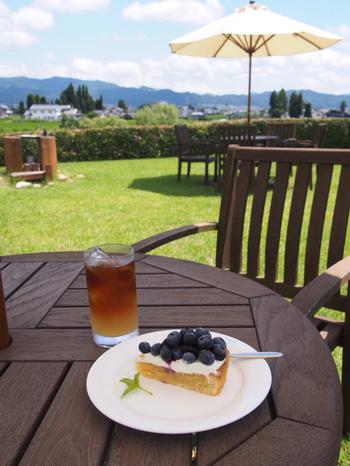 そして、素敵な景色が楽しめる「絵本カフェ」もあり、いわさきちひろにちなんだメニューや信州の食材を使った食事もいただけます。安曇野の美しい自然を眺めながらのんびりと過ごしたいですね。