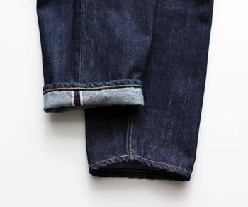 生地の端が色糸を使って頑丈に縫われているのが特徴。通称「赤ミミ」と呼ばれるデニムは赤の色糸が使われており、ロールアップすると可愛らしいアクセントに。