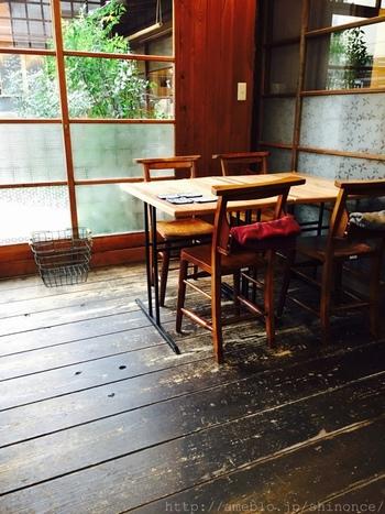 ガラガラという心地よい音がするガラス引き戸を開けると、昭和テイストあふれる店内が広がります。併設されたショップにはセンスある群言堂の商品が並び、思わず手にとってしまいたくなります。