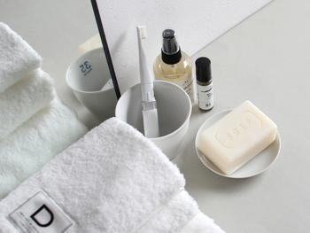 朝の洗顔は、肌に優しい石鹸を使いましょう。釜焚き製法で作られた石鹸はシア脂が配合されているため、保湿性に優れており、肌を外気から守りながら潤いを保ってくれます。防腐剤などの添加物を使用していないため、赤ちゃんも使うことができるんだそう。ネットを使って泡立ててれば、ふわふわの泡で気持ちよく洗顔できますよ。