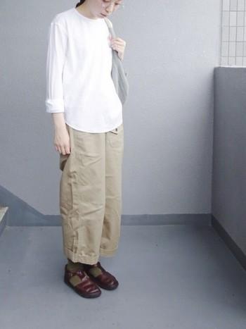 シンプルな装いほど、艶やかなオーロラシューズの革の良さが際立ちます。その人の足に馴染んで、シワができていくのも育てる楽しみのひとつですね。