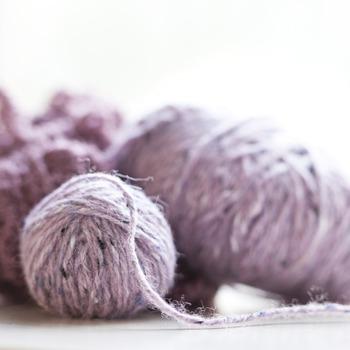 手編みだからこそぜひこだわって欲しいのが毛糸。上質で肌触りのよいものを選んで、気持ちよく使えるニットアイテムを作りましょう。