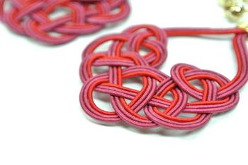 「袈裟結び」「菜の花結び」など、伝統的な編み方で編んだ水引を使ったアクセサリーを作っている「mizuhikigirl」。 モダンなデザインで、普段使いしやすいのが魅力です。