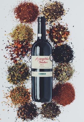 ワインならではのほどよい酸味に加え、香辛料やハーブを配合しているものもあります。ひとつまみのワイン塩をかけるだけで料理にコクと深みを持たせてくれますし、下味や隠し味として使ってもOK。まさに調味料として楽しむワインですね。