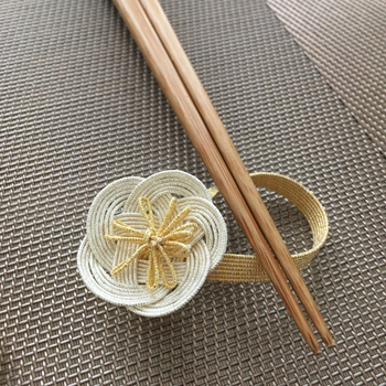 水引で作られた箸置き。シンプルな配色で様々な食器との相性もよさそうですね。おもてなしやお正月にも最適です。