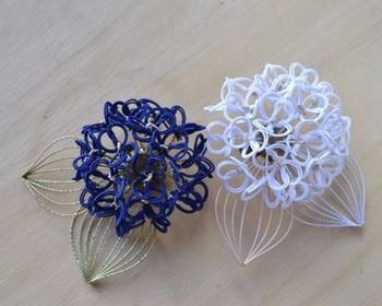 アジサイの形に編まれたコサージュ。花の部分も葉の部分も水引です。繊細で美しい作品ですね。