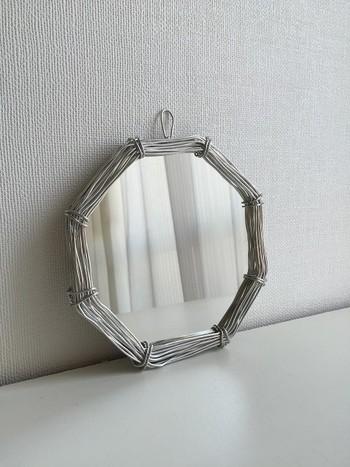 こんなちょっと変わった鏡もあります。 他のワイヤーアイテムと並べて統一感を出すのもいいですね。